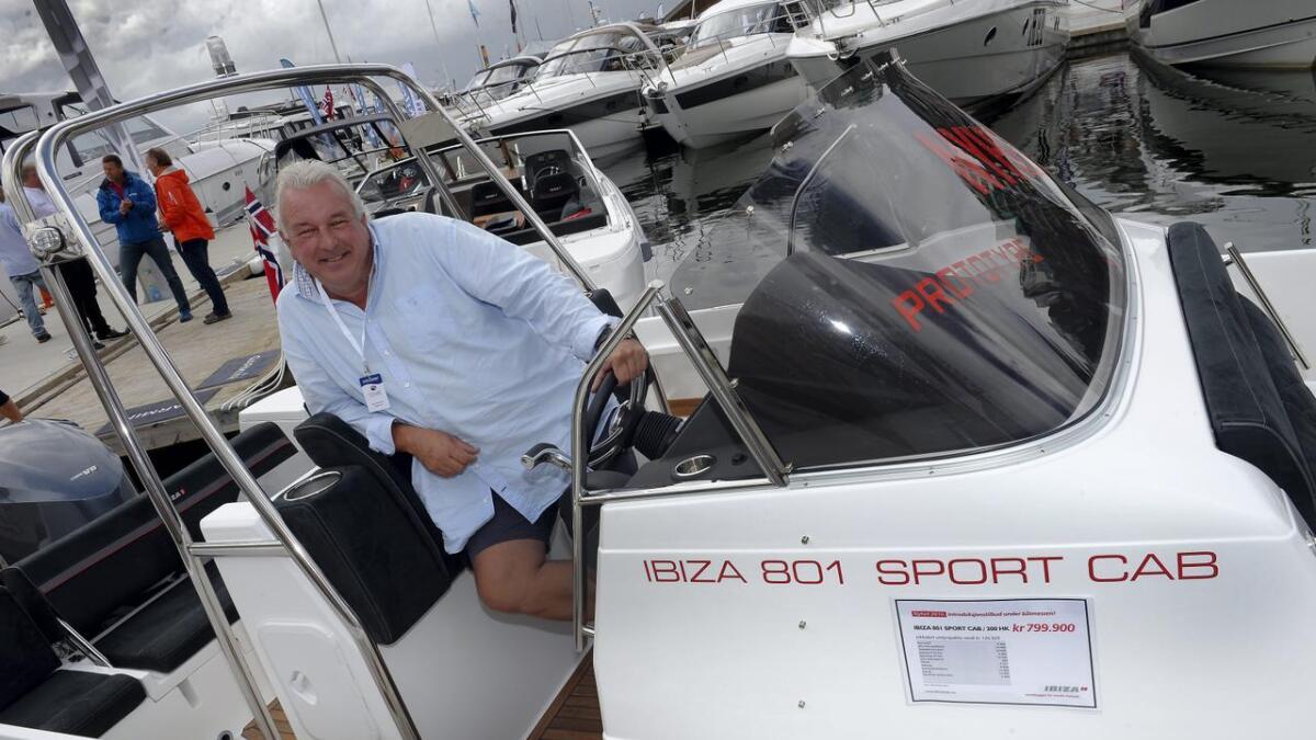 At betegnelsen er 801, er ikke tilfeldig. Helge Duus' nye Ibiza er tydelig merket med at den overstiger åtte meter, og dermed unngår vestpåbudet med én centimeter.