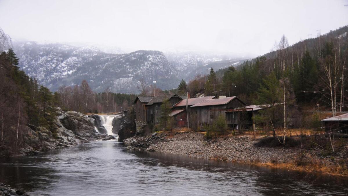 Her for tømmeret nedover og fossen dreiv Lakshøl Mølle. I dag eig Sundsbarm kraftverk vatnet.