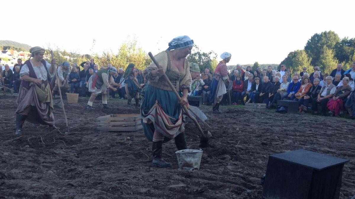 På stopp to fikk publikum se skuespillere grave etter poteter.