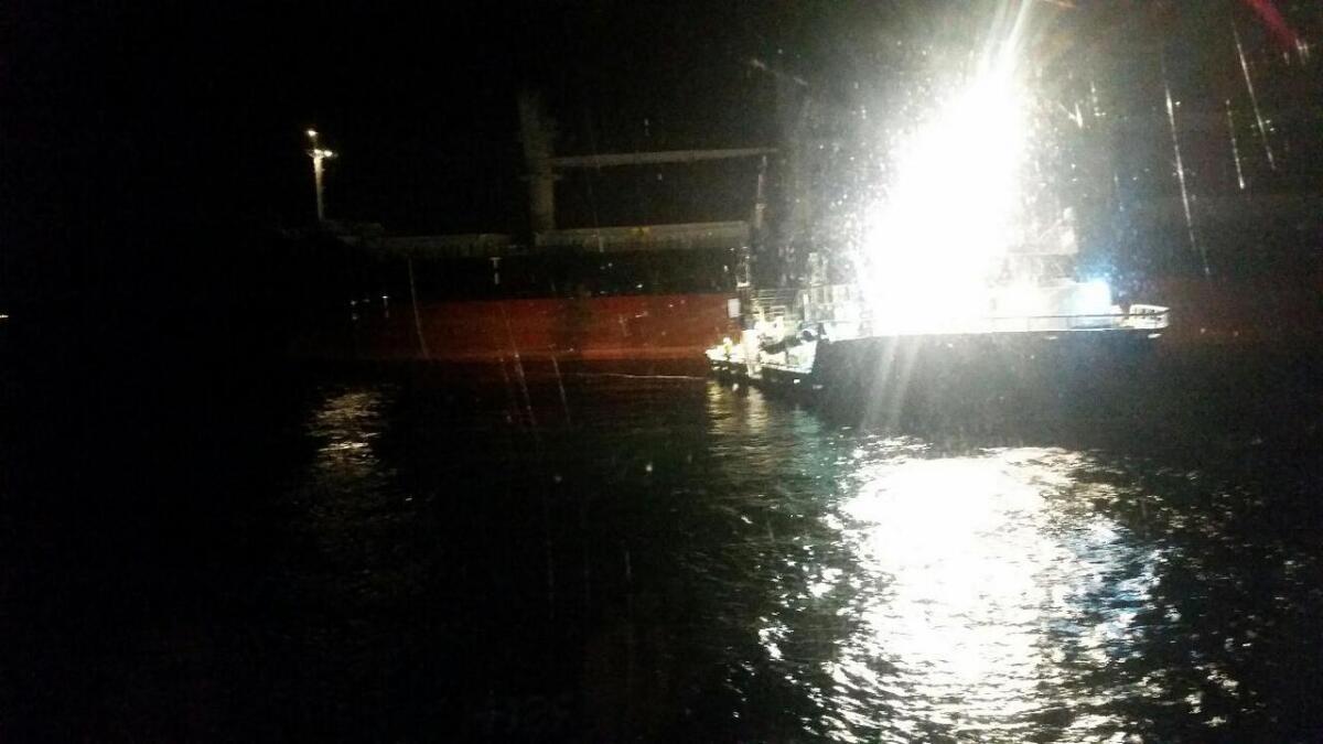 Det vart ein dramatisk redningsaksjon ved Grunnavågen måndag kveld då ein fraktebåt fekk motorstopp.