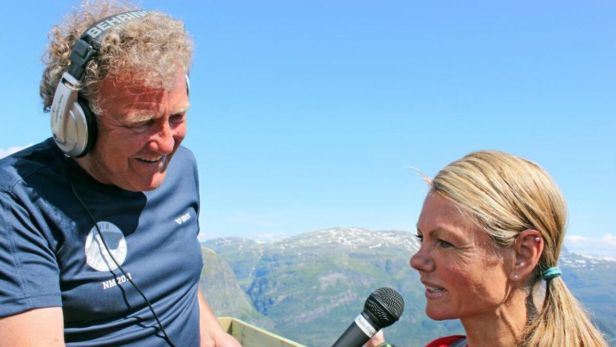 Dag Lindebjerg (71) er ein engasjert, smilande og populær speaker. Her intervjuar han Kirsten Marathon Melkevik på toppen av Kvasshovden.