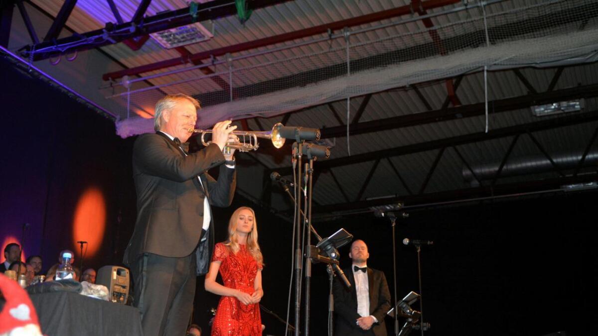 Ole Edvard Antonsen roste bøfjerdingene for gjestfriheten, og sa at han setter stor pris på å starte Desemberstemninger-turnéen i Bø for 6. gang.