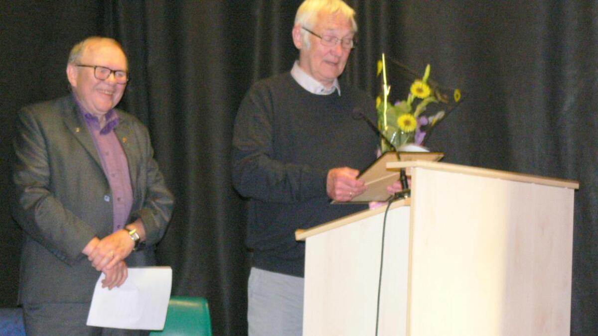 Ingvald Jensen fikk Innsatsprisen 2019. Til venstre konferansier Bendiks Harald Arnesen.