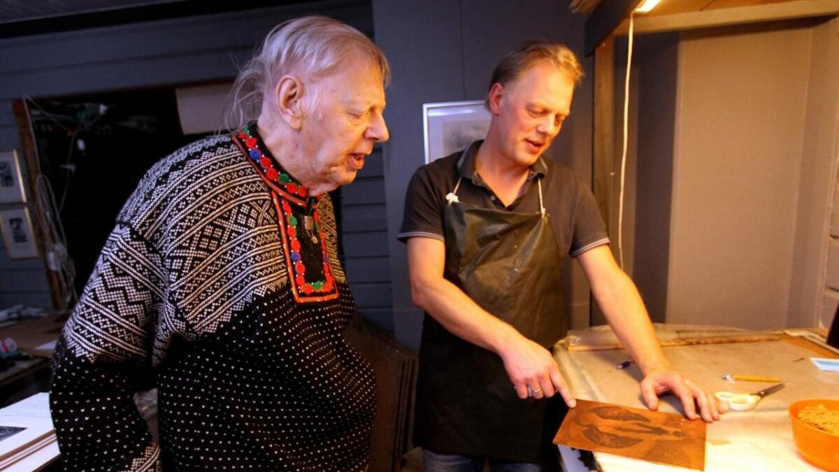 Olav Bjørgum og sønnen Gunstein diskuterer hvordan arbeidet skal gjøres. Fredag fyller Olav 80 år. Nå får                 han hjelp av sønnen til blant annet å signere gamle bilder. ALLE