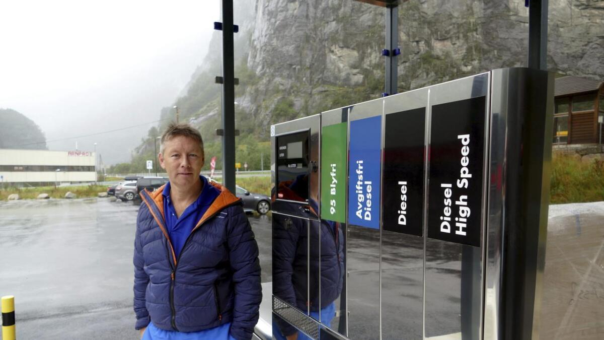 Kjell Ove Dalseide ved Dalegarden outlet og kafe, har jobba med eit drivstoffanlegg lenge, no kan han snart opna pumpene.