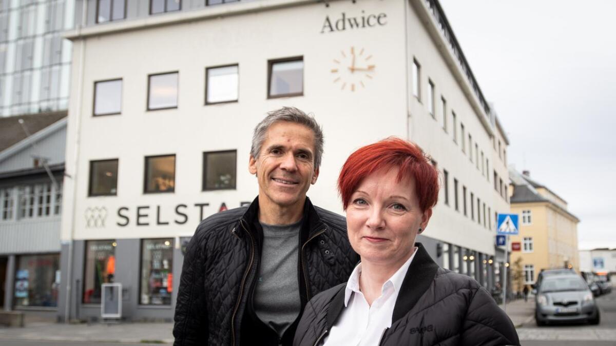 Johan Thomas Hegdahl er glad for å ta imot hadselværingen Sissel Pedersen i Adwice Svolvær.