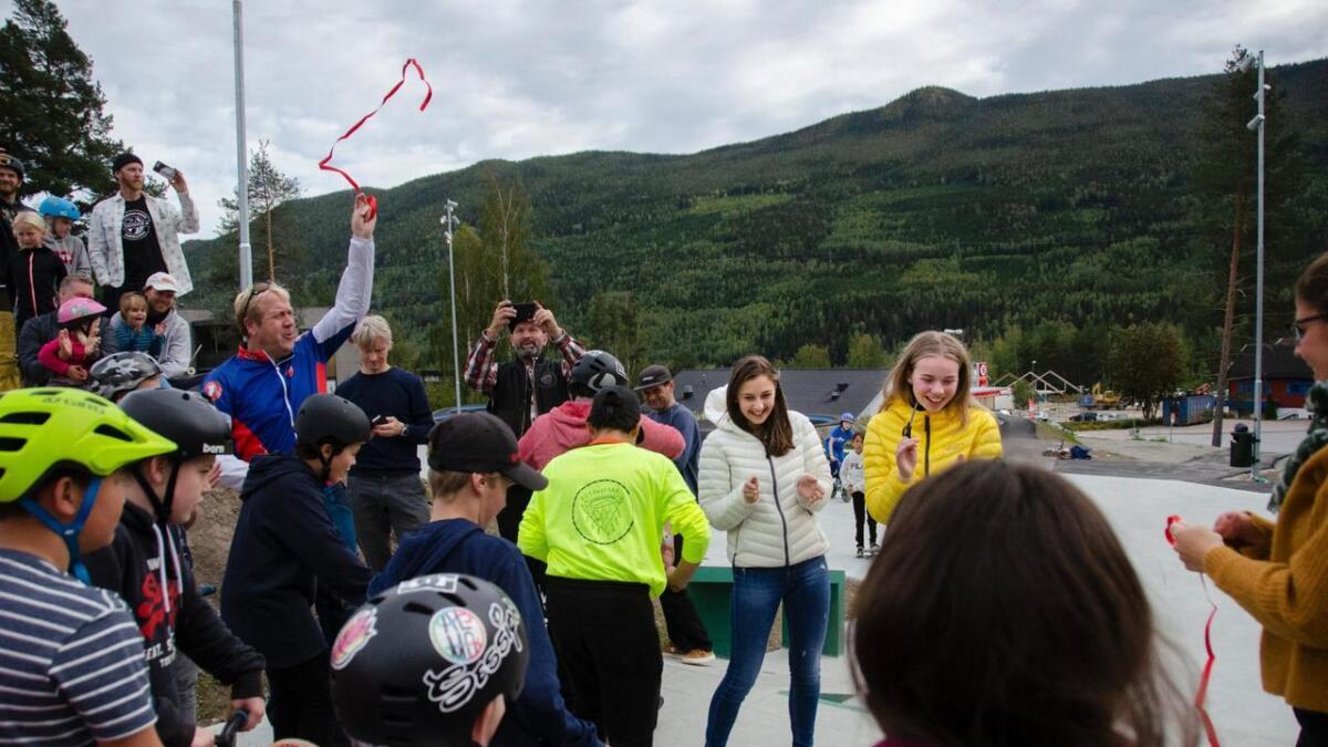 Her har Caroline Haavemoen og Kamile Kizlaite frå Gol ungdomsråd nettopp klypt over det raude bandet i skateparken, og han er offisielt open.