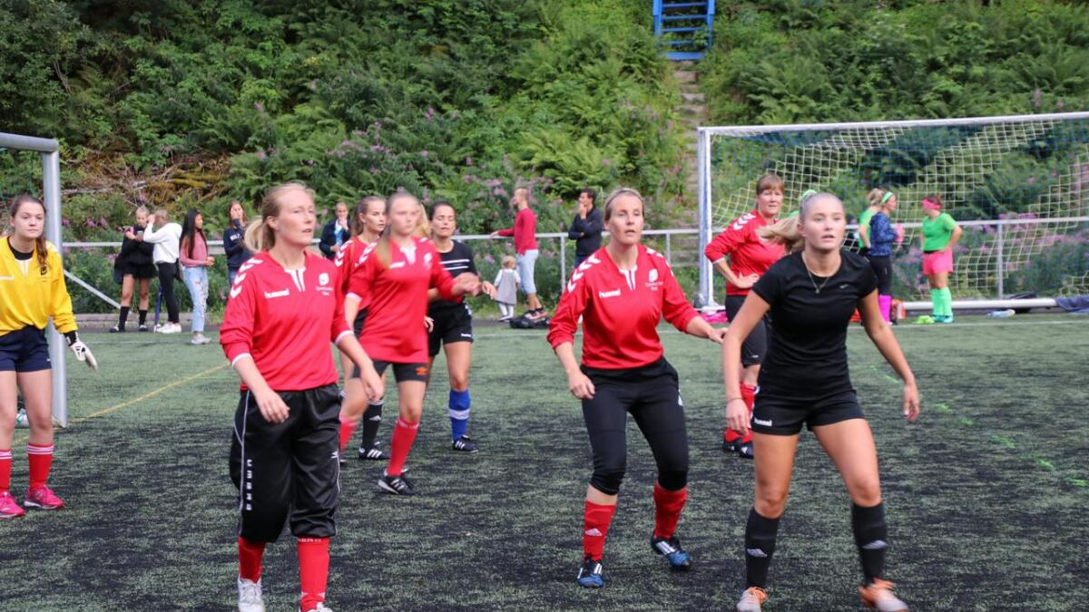 Med over 20 lag i aksjon på Vertshuscupen i år, var det nok godt over 200 spelarar som deltok på årets Vertshuscup. Her Tveitane IL i kamp mot Dei Hine.
