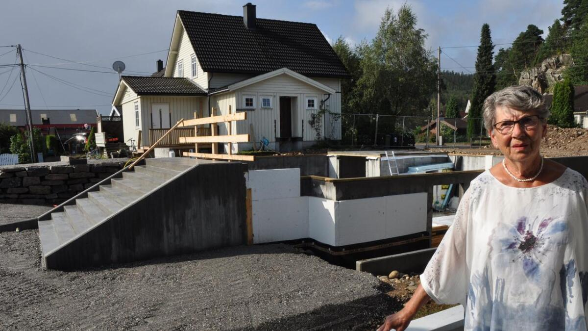 Tiltakshaver har allerede ført opp trapp og grunnmur, selv om nabo Inger Lise Friberg har klaget på tillatelsen. Nå har hun fått medhold hos Fylkesmannen, og naboen får ikke bygge slik han ønsker likevel.