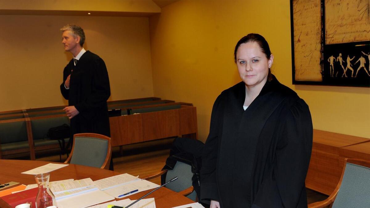 Politiadvokat Ingrid Øygarden forteller at politiet har vitner som så at 35-åringen traff Else Margrethe Brynemo med armen eller hånda, men de vet foreløpig ikke om det vart hun døde av.