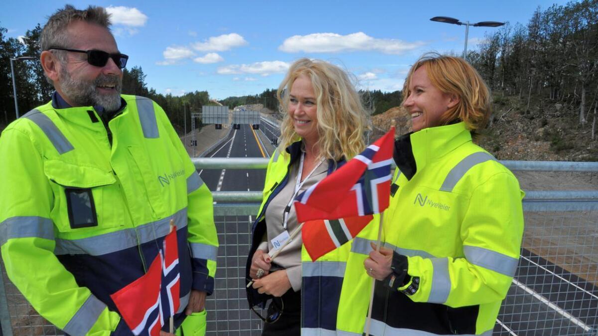 Nye E18 mellom Arendal og Tvedestrand ble åpnet 2. juli. Fra venstre Knut Vegard Egge,   Tanja Erichsen og Elin Senumstad. De er fra Grimstad og arbeider i Nye Veier i Longum park.