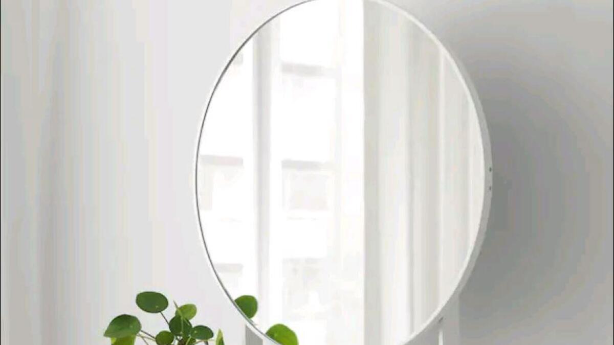 Navnet er » Vennesla», og det fristes med mulighet for oppbevaring av diverse saker og ting i en skuff under speilet.  88