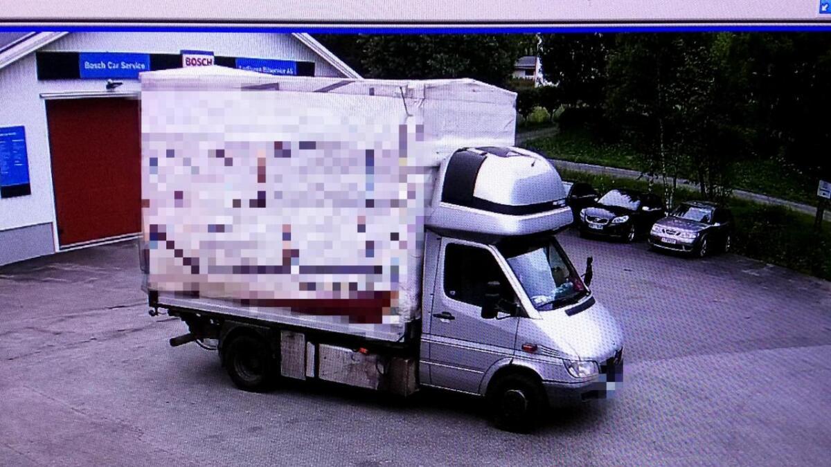 Her kommer den utenlandsk registrerte bilen for å forsyne seg med gamle dekk hos Lødingen bilservice – etter at de har fått nei fra eieren. (Foto fra overvåkningskamera)
