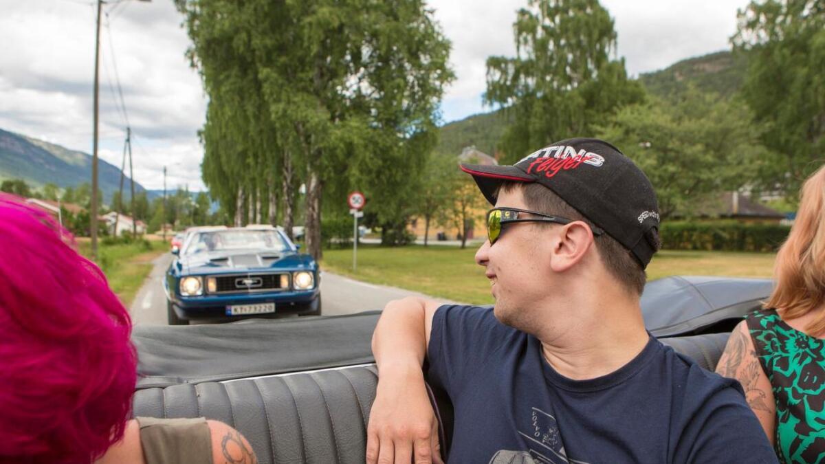 Geir Magnus Lagmandok ser bak til kompisene i den andre bilen.