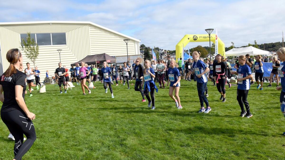Det var oppvarming i Byhaven før deltakerne skulle løpe. Her leder instruktører fra Family Sports Club oppvarmingen.