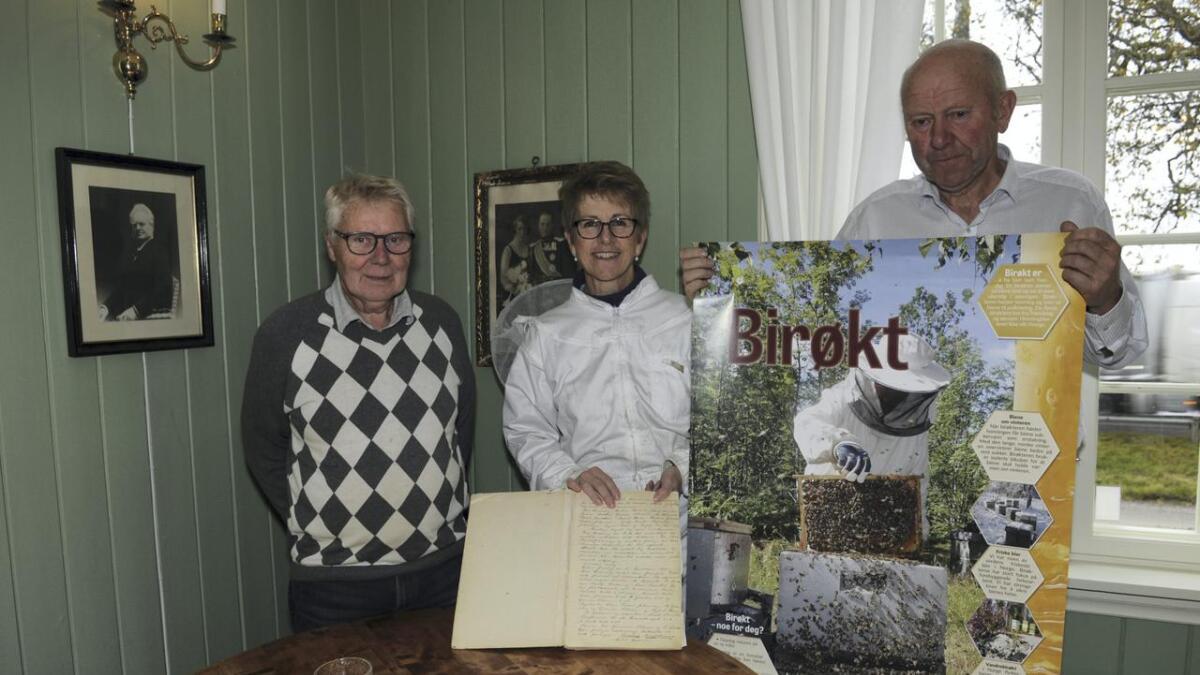 Yngvar Sandnes, Anne Marit Rudolfsen og Knut Skovseth ønsker velkommen til jubileumsfest i anledning Raumnes Birøkterlag sitt 90-årsjubileum.