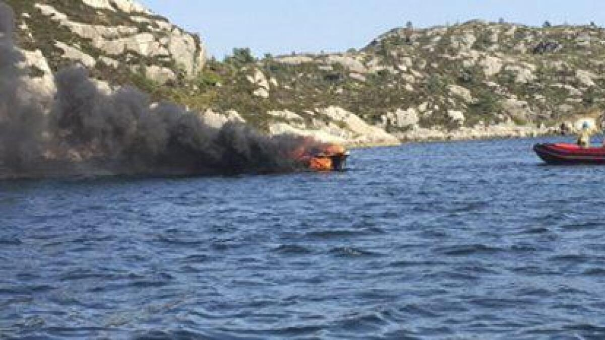Eit ektepar frå Bømlo kom uskadde frå det då båten deira byrja å brenna i 16-tida fredag.