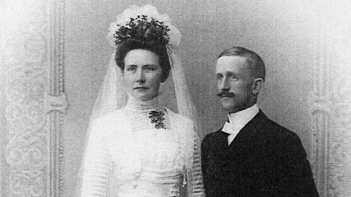 Johanna Mørseth kom til Risør som 19-åring i 1907 for å bli bestyrerinne på en skole som hadde som formål å gjøre kvinner mest mulig selvhjulpne. To år senere giftet hun seg med Olaf J. Egeland. Den velstående Johanna fikk ordnet med både særeie og en klausul som gjorde det klart at bryllupsgavene var hennes. Bildet er fra boka, og originalen tilhører Ingeborg Egeland.