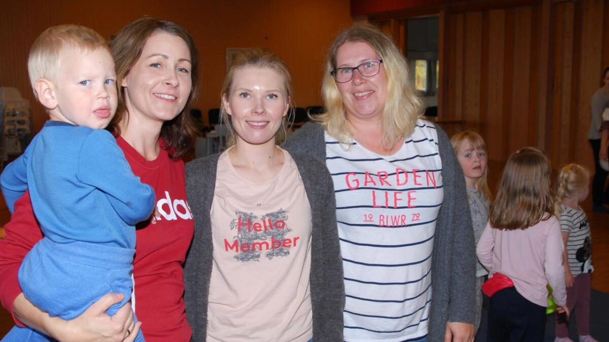 Julia Holm med Markus, Kamilla Hansen og Bibbi Dreyer planlegger og har regien på barneidretten som er nystartet på Jennestad.