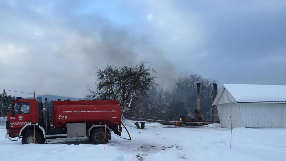 Brannvesenet driver fortsatt med etterslukking på brannstedet klokken 11.00 lørdag formiddag.