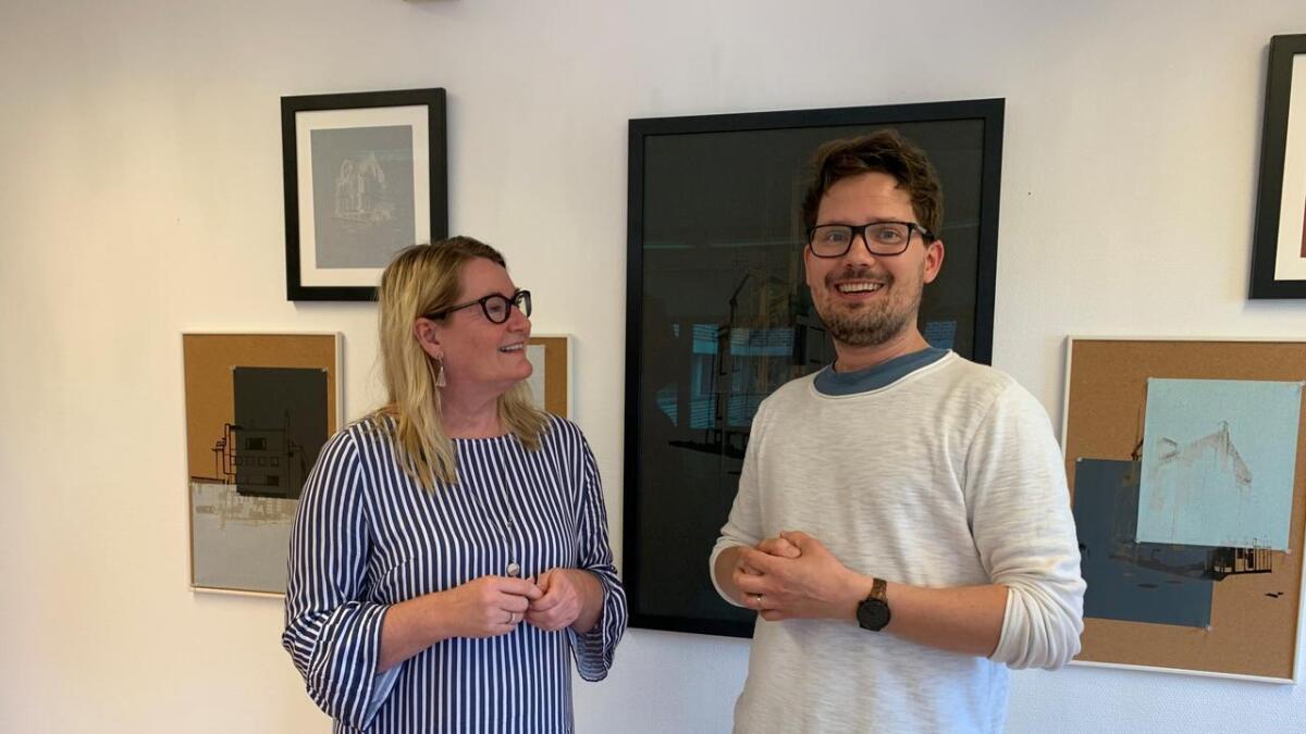 Kunstner Håkon Gåres bilder i serien «Overganger» pryder i en periode nå veggene på fylkesordfører Gro Bråtens kontor. Hun ønsker slik å profilere lokale kunstnere.
