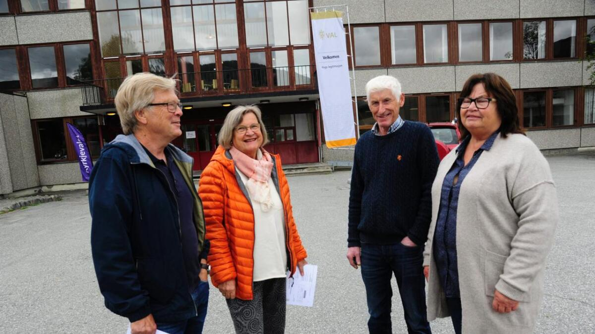 Harald Sundsøy (t.v.), Anne Kari Sundsøy, Andres Bleiktvedt og Laila Bleiktvedt slår av ein valprat utanfor vallokalet i Gol samfunnshus.