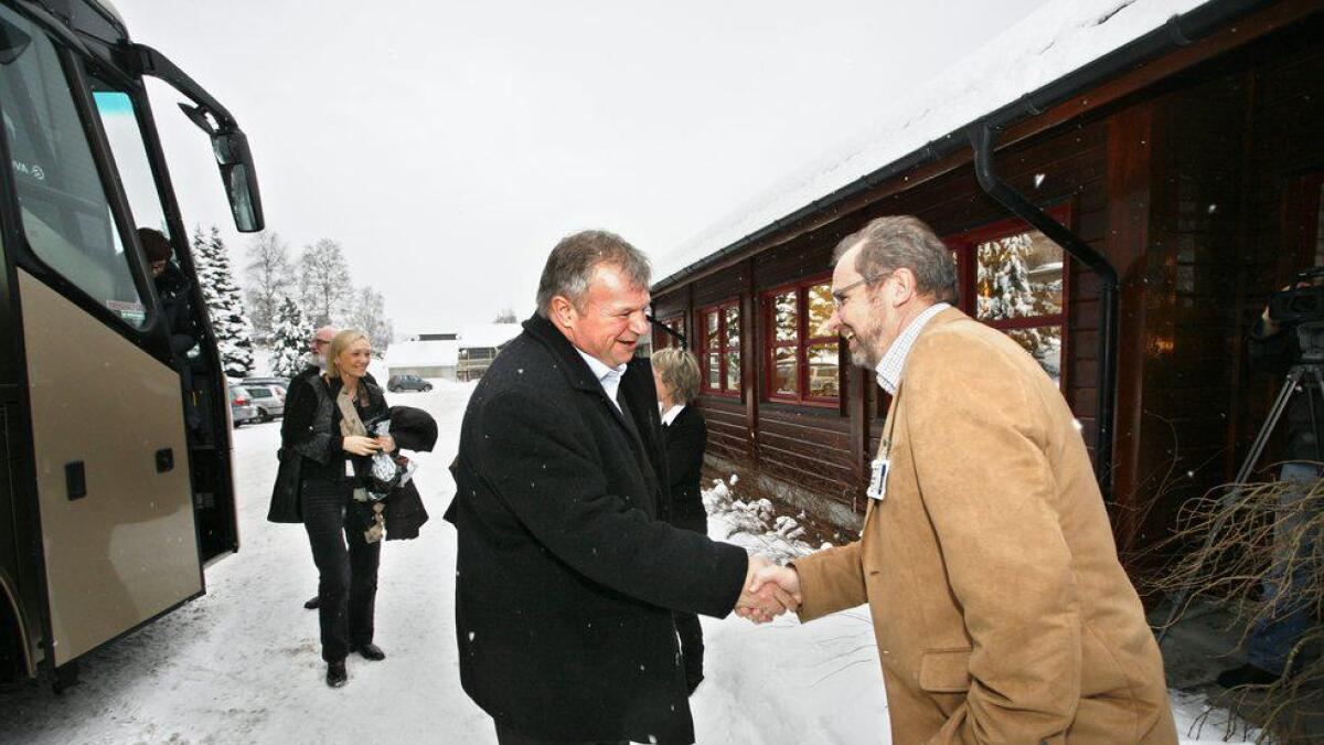 Helseminister Bjarne Håkon Hanssen kom til Ål og vart tatt imot av administrasjonssjef Reidar Aasheim ved Hallingdal sjukestugu..