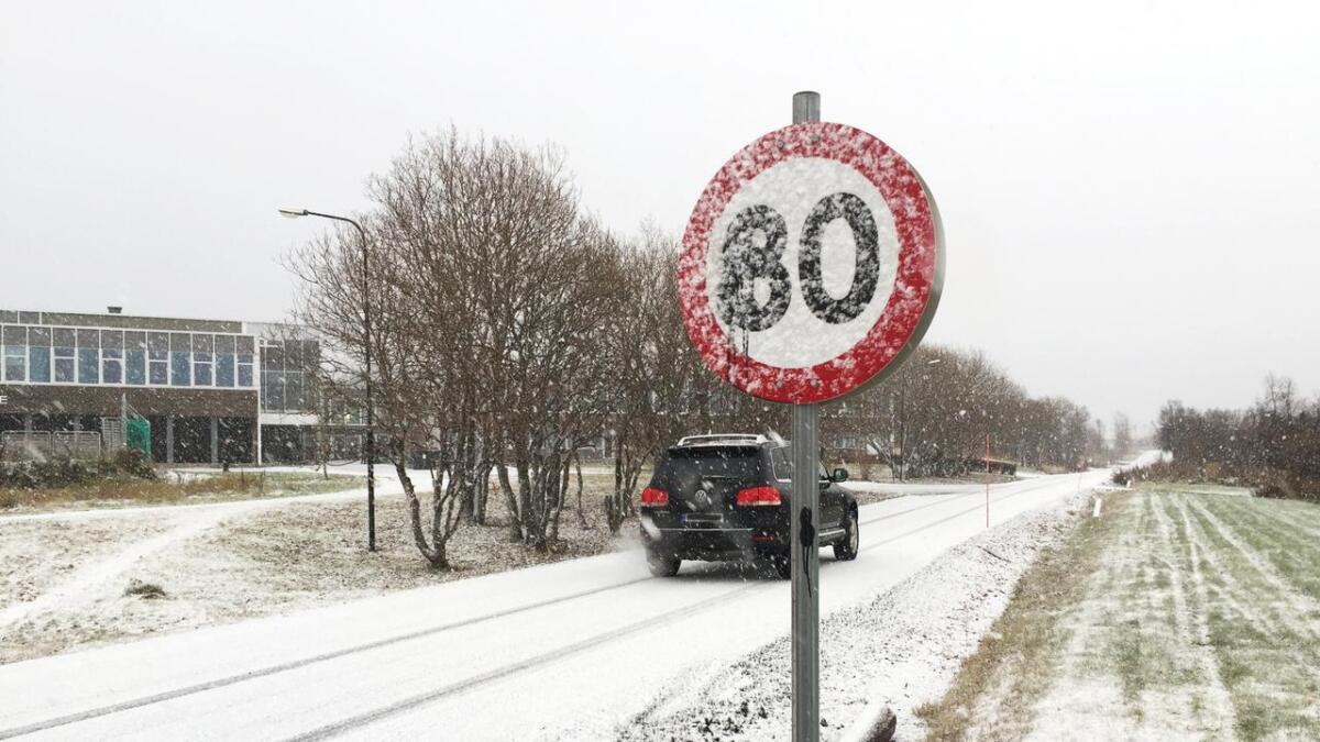 Fartsgrenseskiltene på Asterset ser ikke nye ut lenger – økt fra 30 til 80.