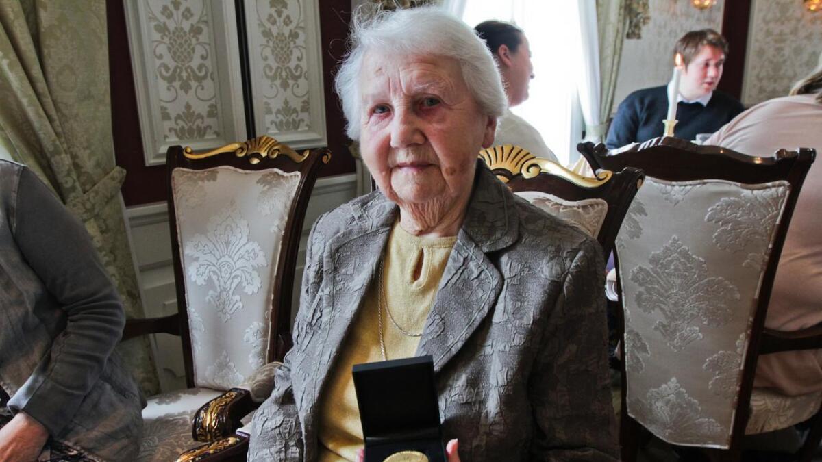 Borghild J. Bolstad har aldri korkje skrytt eller snakka særleg mykje om arbeide ho gjorde under krigen. - Det er ikkje så mykje å snakka om, meiner ho. I helga vart ho heidra med minnesmedalje frå regjeringa, i lag med 14 andre.