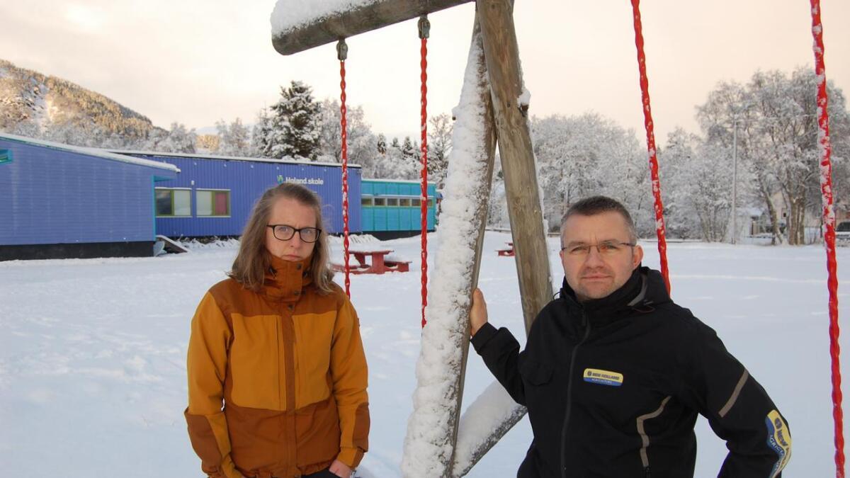 Camilla Østingsen og Øyvind Lehn (begge Sp) ved Holand skole. Skuffet over at Sortland Senterparti ikke vant fram i kampen for å berge Holand skole.