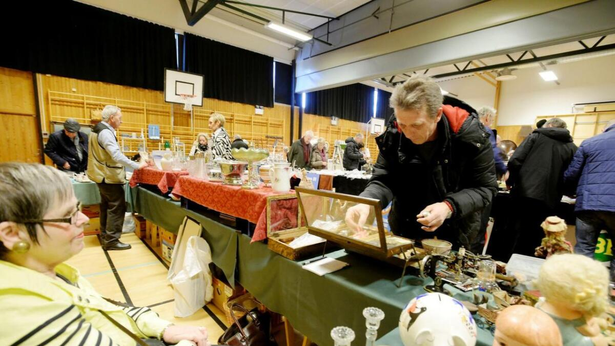 Lars Eriksen fra Nissedal kjøpte litt forskjellig smånips på antikk- og samlemessen. Bant annet sikret han seg et par gamle og uåpnete tobakksdåser.