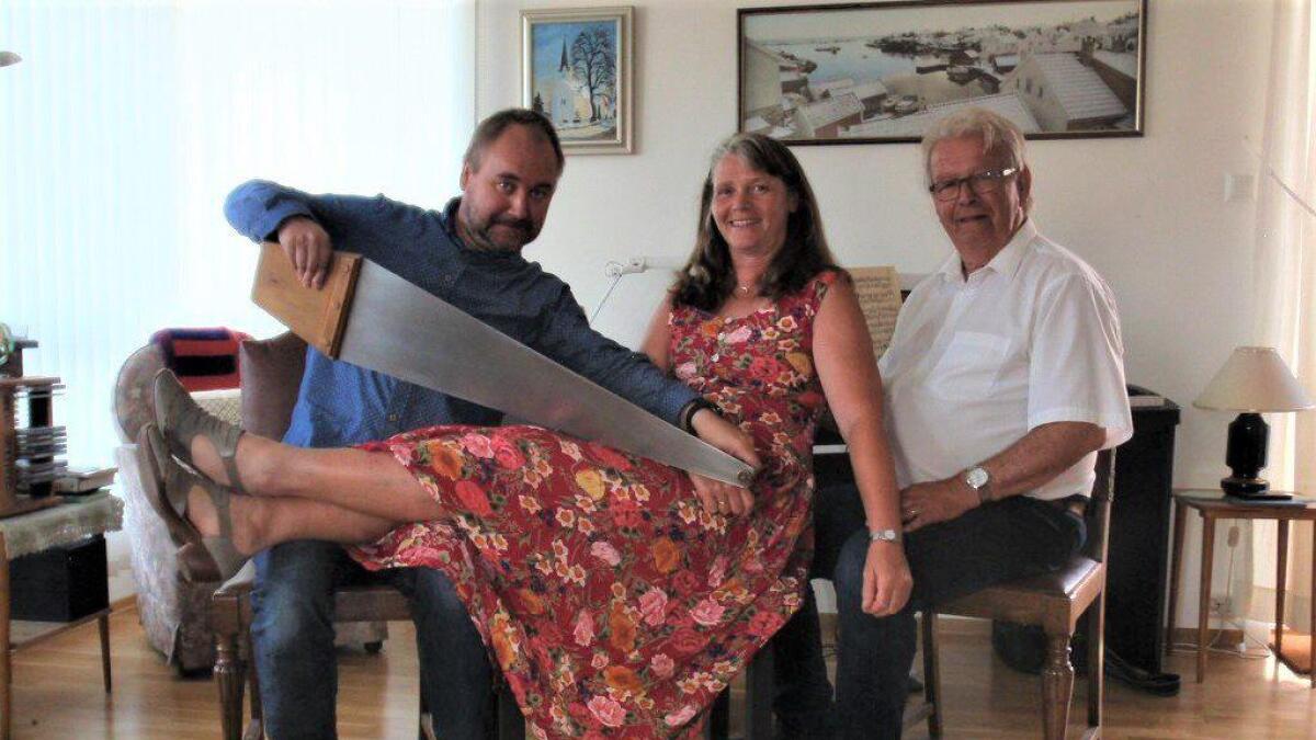 (f.v.) Per Jakob Skaanes, Elisabeth Ording og Knut Ribe inviterer til sang og god stemning i flotte omgivelser i skolehuset på Grimenes.                 privat