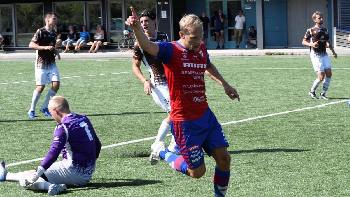 Tobias Olsvik jubler for 3-1-scoringen på overtid i 1. omgang mot Vigør i Kristiansand. Hisøy-karen laget hele fire mål i 6-1-seieren til Express. Fevik-laget økte luken i toppen av 4. divisjon, iallfall inntil Fløy 2 har spilt sin kamp mot Jerv 2 mandag.