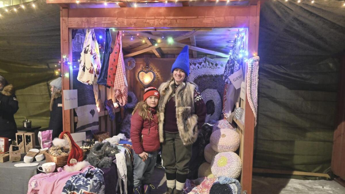 En av utstillerne på årets julemarked var Anna Thesen, som hadde stand med butikken Fruen til Vesle-Strøm. Thesen er opptatt av gjenbruksartikler og gamle håndverksteknikker. Her sammen med datteren Amalie Thesen Brecke (8). Alle