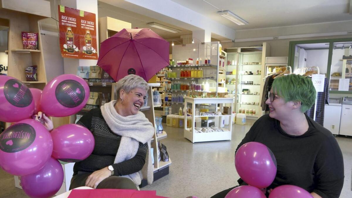 Det skal synast skikkeleg i gatebiletet at det er Nisjebutikkens dag 30. november, lovar Gisken Berland (til venstre) saman med Linda Bukve i Lindas Miljøvarer og Helsekost i Vangsgata.