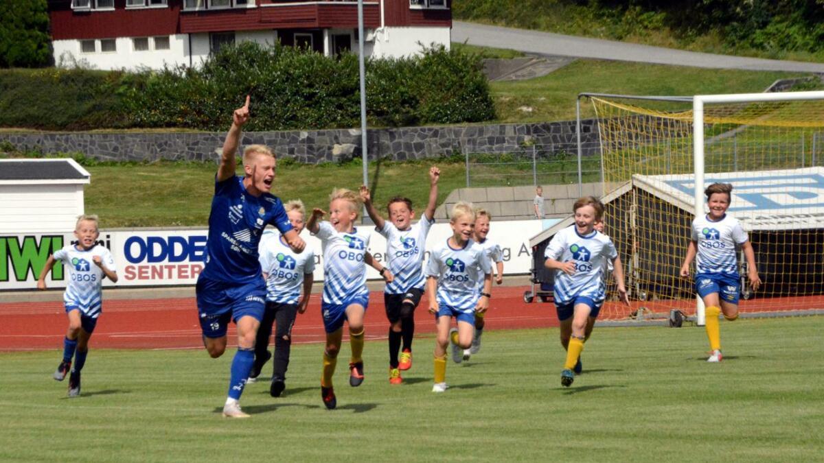 Otto Mathias Thorbjørnsen Mork (nummer fire f.v.) scoret for fotballskolelaget mot Jervs A-lag. Kristoffer Tønnessen var på lag med gjengen, og jublet sammen med lagkameratene og løftet målscoreren deres opp i lufta.Stor stas for alle så det ut til.