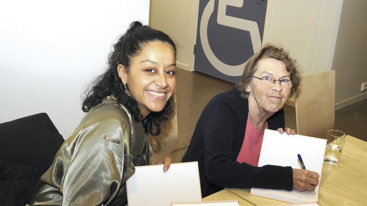 Bokprosjektet er eit samarbeid mellom Solveig Marie Lie (t.h.) og barnebarnet hennar Sara-Louise Mahgoub.