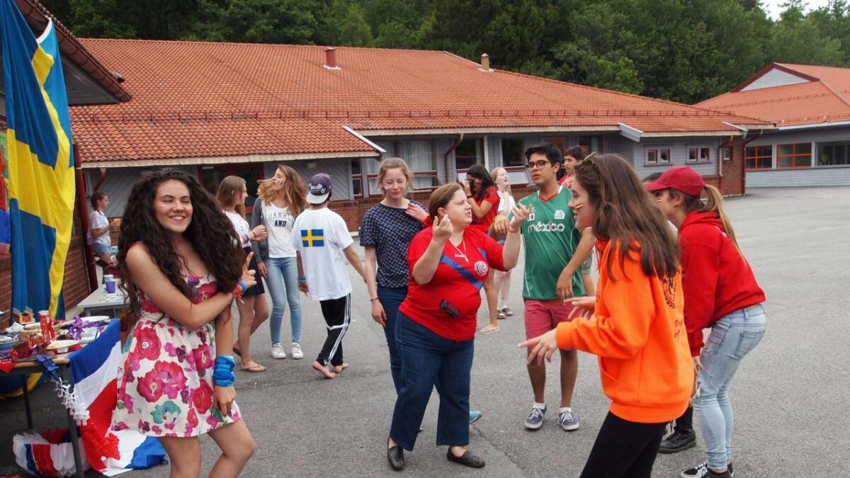 Det blir mye dans og moro når 15-åringer fra hele verden er samlet til sommerleir.