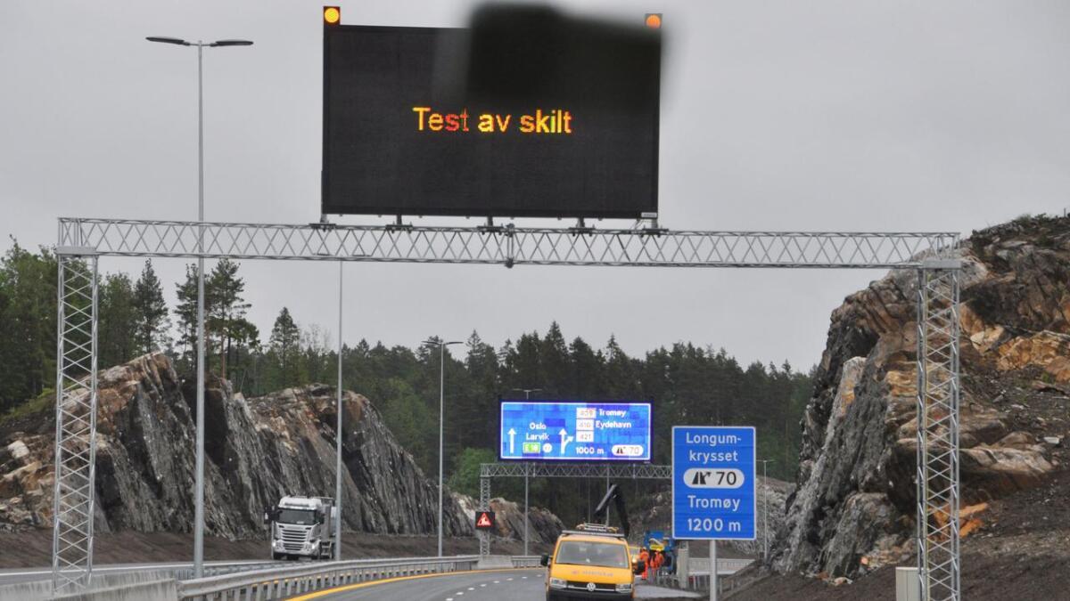 På den nye motorveien kan tekst og symboler endres digitalt på de største skiltene, og de mindre skiltene har innebygd flere alternativer.