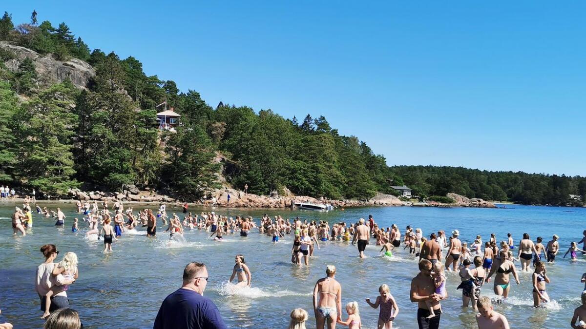 Det ble liv i vannet da Se og Hør og deres flaskepostkonkurranse kom til Moysand tirsdag.