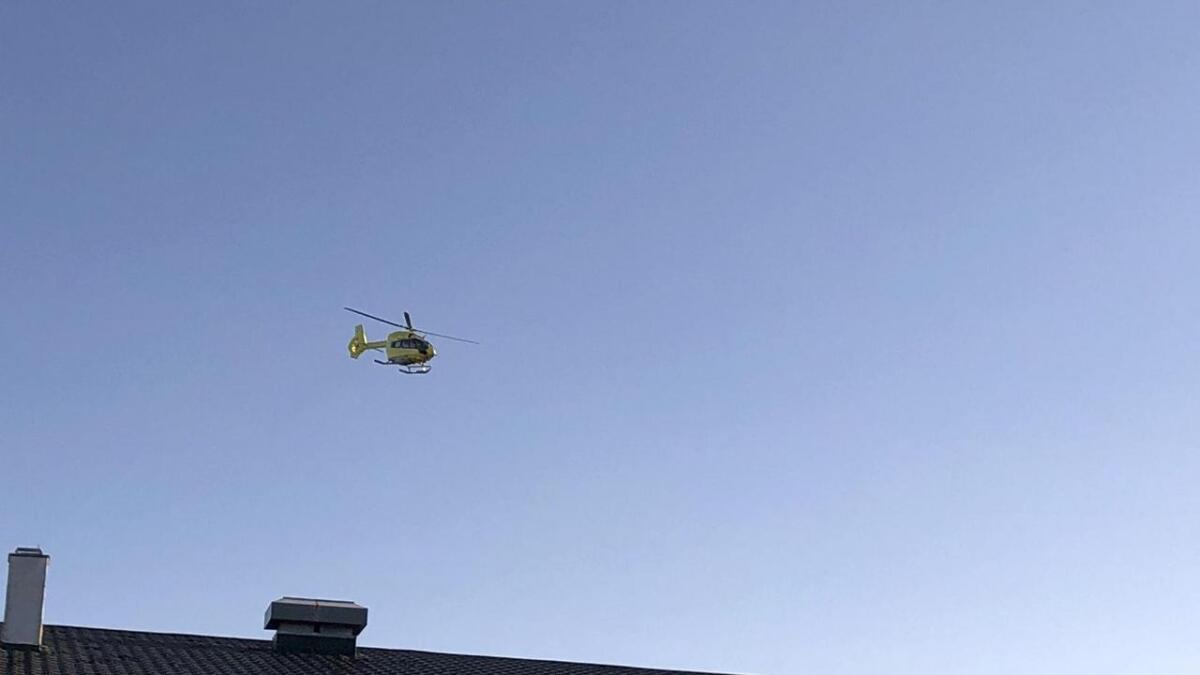 Her lettar helikopteret over hustaket på Stordhuset, etter å ha plukka opp ein person som skal ha fått ein bil over seg.