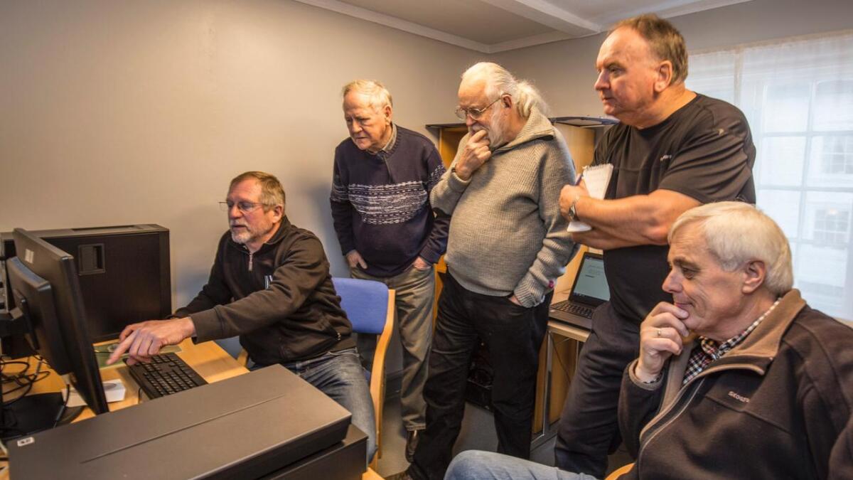 Arve Lindvig fra Vest-Agder-museet viser hvordan programmet «Digitale bilder i Agder» (DBA) fungerer for den nye fotogruppen ved museet, Trygve E. Tønnesen, Jostein Blokhus, Svein E. Aslaksen og Niels Damgaard.