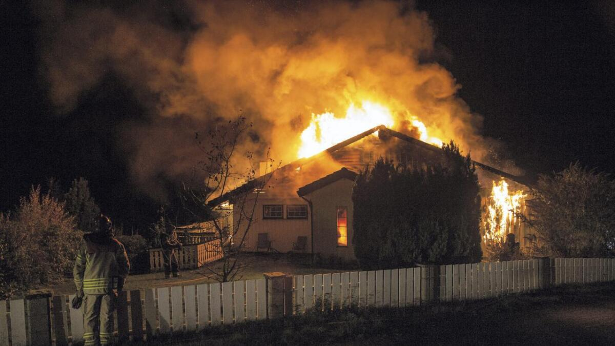 Det var full fyr då politi og brannvesenet kom fram til einebustaden på Malkenes på Tysnes, og ein mann i 70-åra er ikkje gjort greie for.