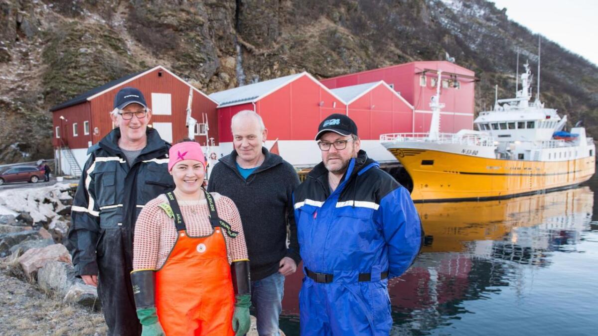 Kjell, Frida og Tore Klausen og Harald Pedersen foran nye Skarholmen ved Klausenbruket i Sørsjyen.