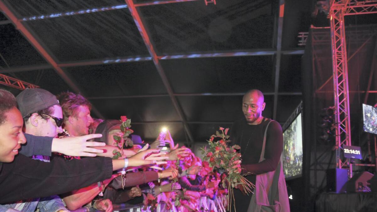 Yasiin Bey avslutta konserten i vekoteltet med å dela ut roser til publikum.
