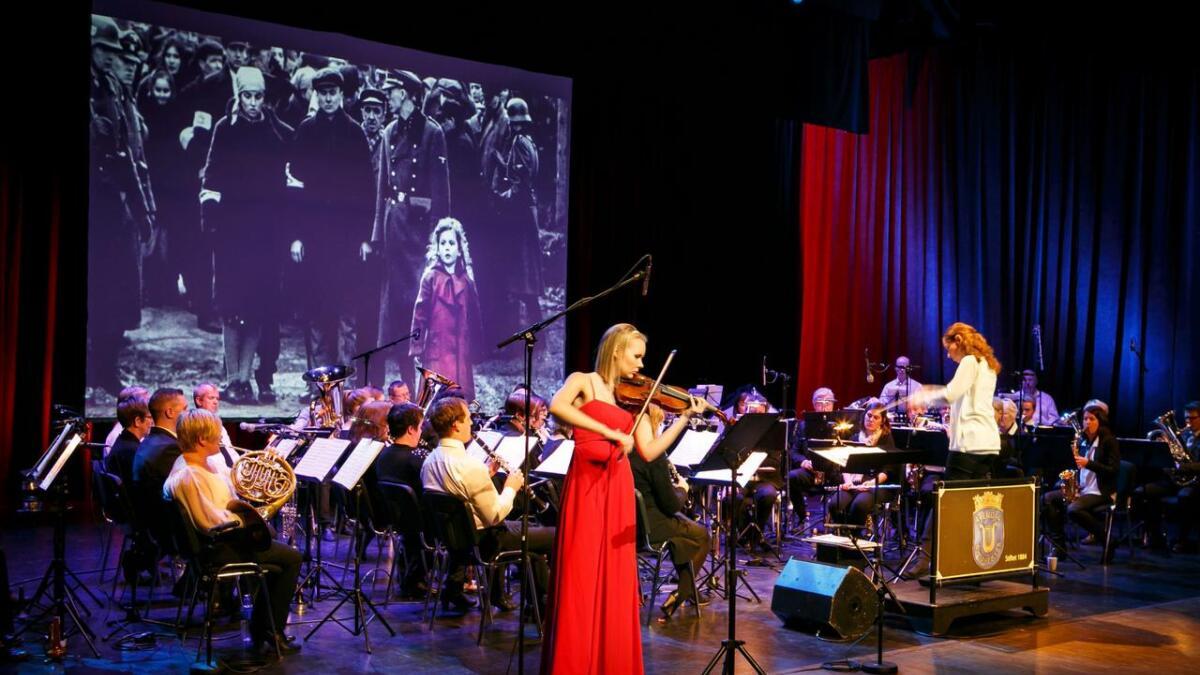 Kari-Andrea Bygland Larsen på fiolin og Arendal byorkester sørget for en fantastisk konsert.