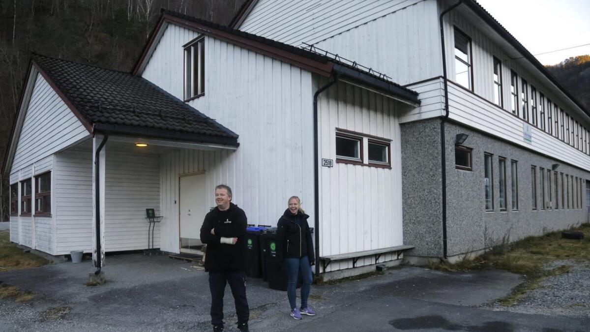 Erling Midttun og tidlegare ungdomsarbeidar i Granvin Siri Stuve Elvatun framfor det tidlegare skulebygget. No har bygget fått sin eigen logo og offisiell opning står for døra.