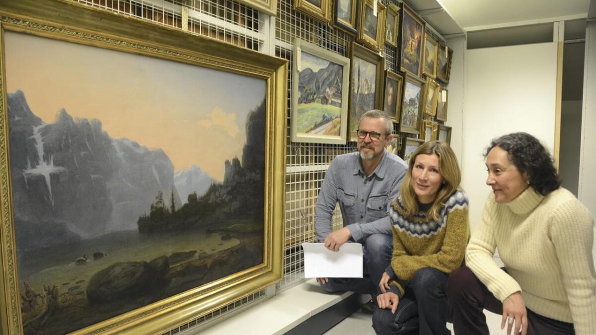 Formidlingsansvarleg ved Vest-Telemark museum Tilman Hartenstein, biblioteksjef i Tokke Benedikte Nes og skodespelar Montserrat Ontiveros samarbeider om prosjektet «Ibsen og Mandt».alle