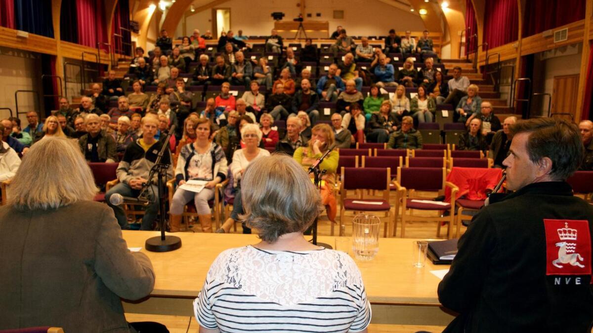 Nesten 110 personer kom til Melbu samfunnshus tirsdag kveld for å høre argumenter imot –og for – smarte strømmålere.
