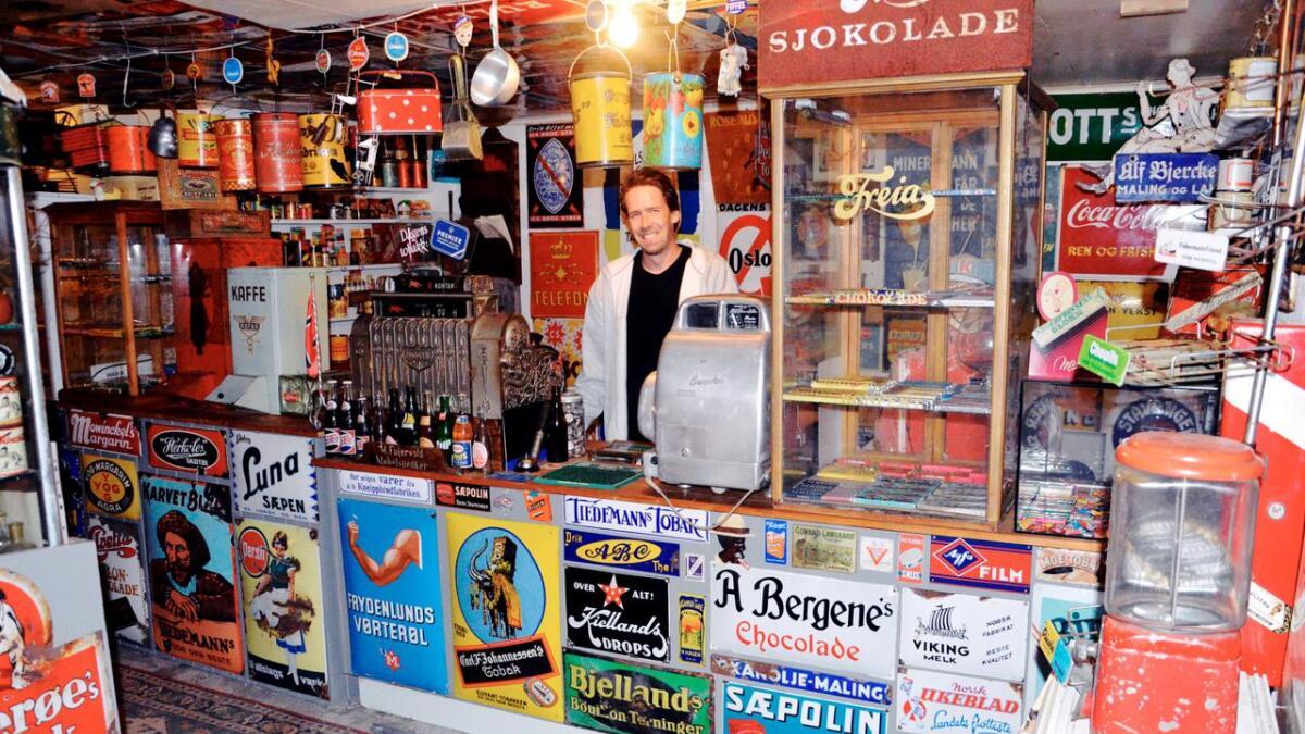 Geir Gustavsen samler på skilt og bokser og mye annet. Ved å bruke mange av tingene sine, har han bygget opp denne landhandelen.